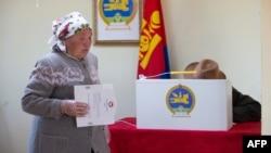 Монголиядагы парламенттик шайлоодо добуш берип жаткан аял. 15-октябрь, 2020-жыл.