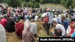 Останки віднайдених жертв поховали в меморіальному центрі Сребрениці Поточарі
