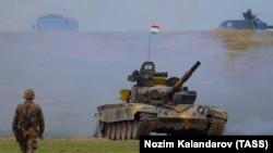 Тенкови за време на воена командно-штабна вежба на руско-таџикистански сили