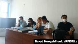 Курсан Асанов с адвокатами на заседании суда. 7 августа 2020 года.