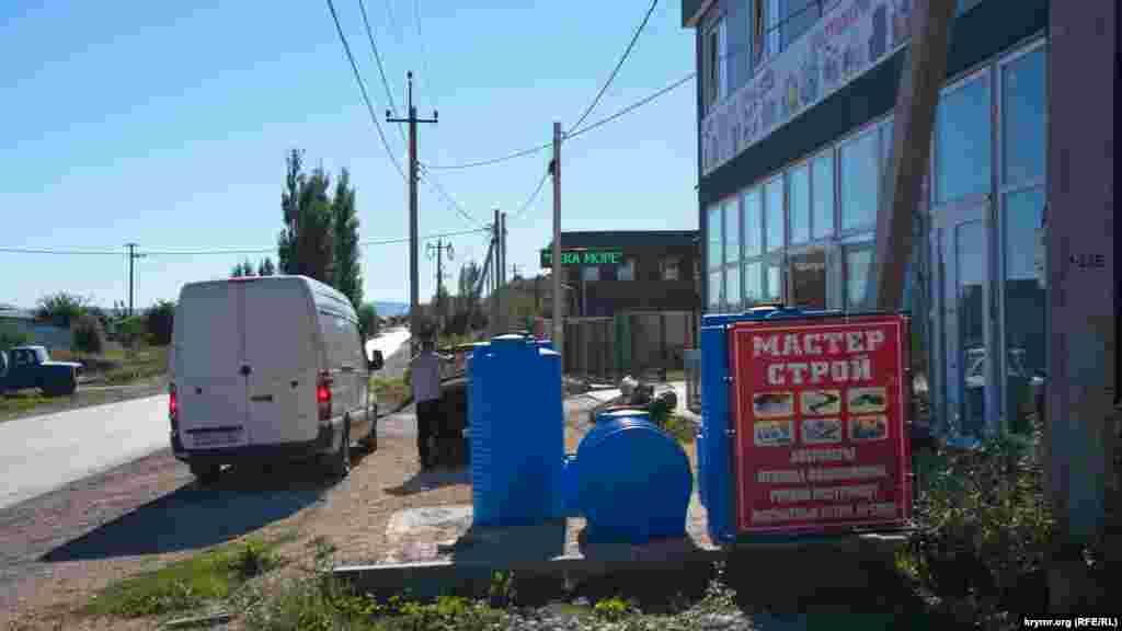 Магазин будівельних матеріалів у селі Строгонівка, що межує із Сімферополем. Продавець розповів, що попит на великі пластикові ємності для води останнім часом трохи виріс