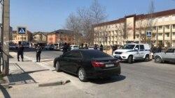 Полицейское оцепление у здания суда в Махачкале, возле которого удерживают Ибрагима Гаджиева. 2 апреля 2020 г.