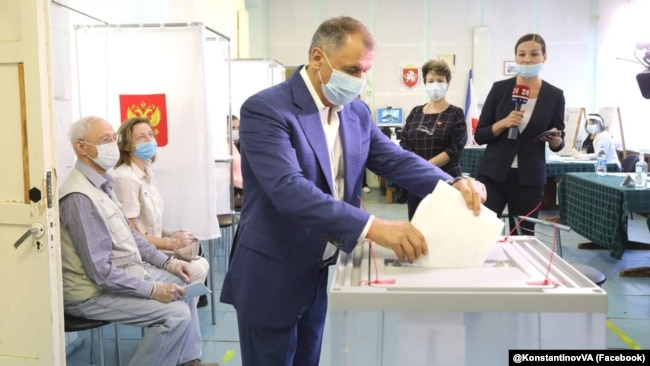 Спикер российского парламента Крыма Владимир Константинов голосует на выборах в Госдуму России, 17 сентября 2021 года