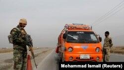 Militari din armata afgană la un post de control de lângă Kabul. 18 noiembrie 2020