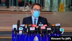 Li Kwai-wah, șeful poliției a declarat în timpul unei conferințe de presă de miercuri că studenții se află în continuare în custodie.