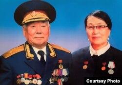 Бейше Молдогазиев жубайы Жамал Акунова менен. Бишкек, Кыргызстан.