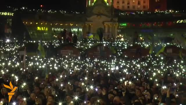 Світлове шоу під час виконання гімну на Майдані