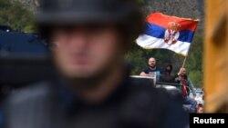 Protestuesit serbë duke valëvitur flamurin e Serbisë në Jarinjë. Shtator, 2021.