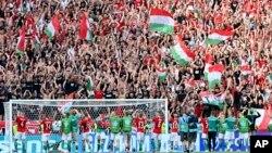 A magyar válogatott játékosai a szurkolókkal együtt ünnepelnek a magyar–francia Eb-meccs után 2021. június 19-én a Puskás Ferenc Stadionban