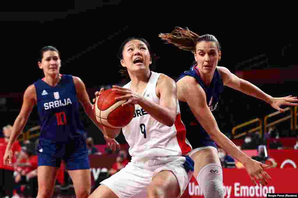 Пак Джи Хьон з Південної Кореї та сербка Мая Скоріч. Баскетбол– жінки– група А– Південна Корея проти Сербії. Сайтама, Японія, 1 серпня 2021 року