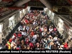 Канада әуе күштерінің C-177 ұшағы Кабулдан азаматтарды алып кеткелі тұр. Ауғанстан, 23 тамыз, 2021 жыл.