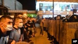 Полицейска блокада по време на протестите след оповестяването на резултатите от изборите в Беларус
