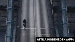 Kerékpáros a Lánchídon 2020. április 3-án