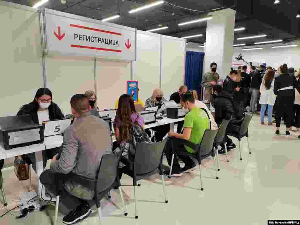 """""""Ovaj tržni centar je prvi ponudio prostor za vakcinaciju, dobili smo veliki prostor od 500 kvadrata i uredili smo ga u potpunosti sa svim standardima"""", navodi se na sajtu Grada Beograda o akciji vakcinacije."""