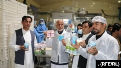 نثار احمد فیضی غوریانی، وزیر صنعت و تجارتو سید عبدالوحید قتالی والی هرات در هنگام افتتاح کارخانههای سه شرکت تولیدی در ولایت هرات