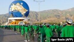 Салауатты өмір салтын насихаттайтын мемлекеттік пропаганданың маңызды бөлігі саналатын велоспортқа арналған биіктігі 30 метрлік ескерткіштің алдына жиналған велосипед мінген адамдар. Ашғабат, 3 маусым 2020 жыл.