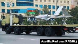 Ադրբեջան - Թուրքական արտադրության «Բայրաքթար» անօդաչու թռչող սարքը Բաքվում զորահանդեսի ժամանակ, 8-ը դեկտեմբերի, 2020թ.