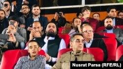 د افغانستان د عامه روغتیا وزیر چې د فوټبال غوره لیګ د پایلوبې ننداره یې کوله او ماسک یې نه و کارولی.