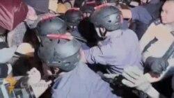Гонгконгда намойишчилар полиция билан тўқнашди