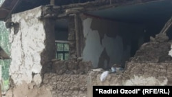 Разрушения после землетрясения в населенном пункте на востоке Таджикистана.
