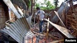 Muškarac usred ruševina nakon što je granični zid njegove kuće srušio zemljotres u okrugu Nagaon u sjeveroistočnoj državi Assam, Indija, 28. aprila 2021.