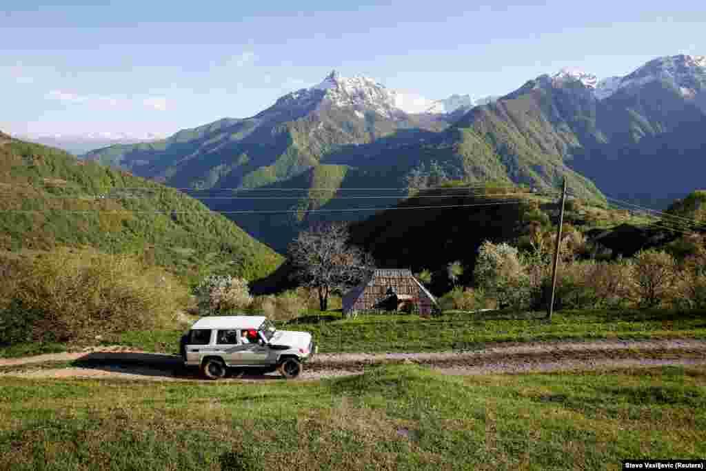 Автівка із медичними працівниками та волонтером Червоного Хреста їде до гірського села у віддаленому районі Колашина в центральній Чорногорії