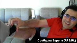 Абдулах Бююк показва електронното устройство за проследяване, поставено на крака си