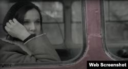 Актриса Татьяна Друбич у окна в крымском горном троллейбусе. Скриншот кадра клипа группы «Ундервуд», песня «Платье в горошек», 2012 год