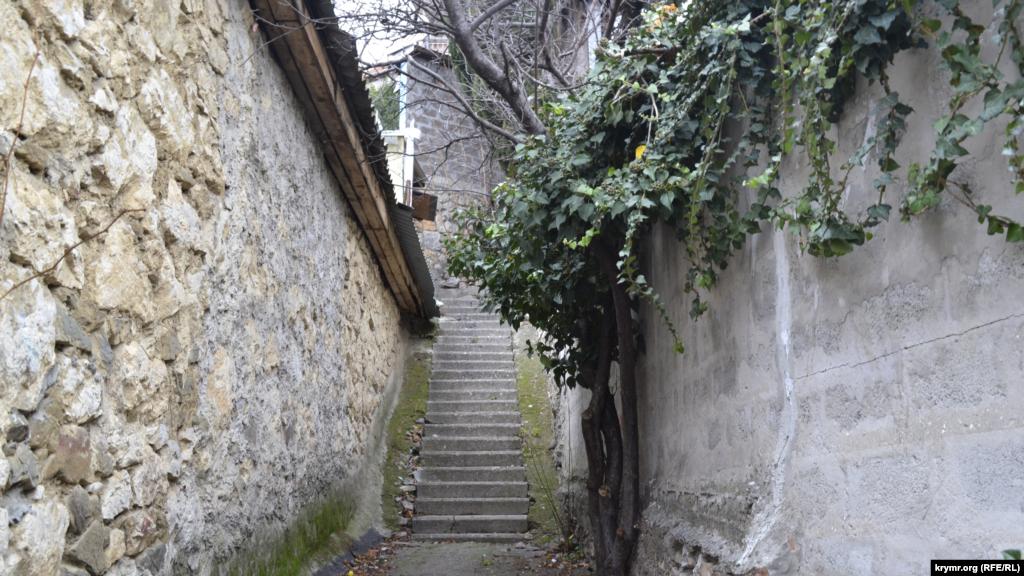 У кінці вулиці Підйомної, у верхній частині Дерекоя, знаходяться найвужчі та найкрутіші сходи