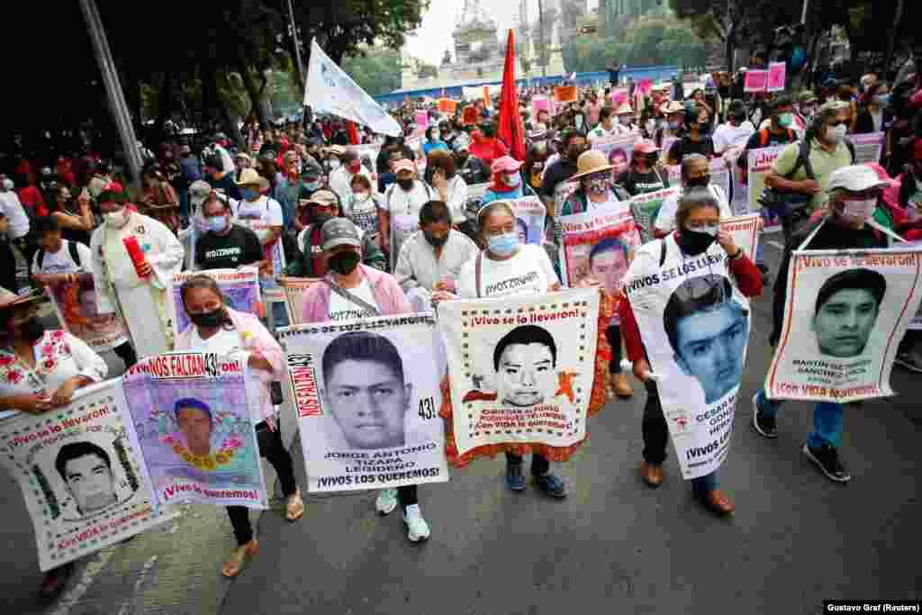 A hét éve eltűnt diákok rokonai, ismerősei vonultak fényképekkel és transzparensekkel a kezükben szeptember 26-án Mexikóban. 2014. szeptember 26-án a diákok buszát pár sarokkal az esemény helyszínétől – ahol a drogmaffiával összeköttetésben álló igualai polgármester kampányolt – rendőrök állították le, és lőni kezdtek rájuk