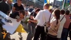 Учасників дніпропетровської ходи до Дня пам'яті та примирення закидали морозивом