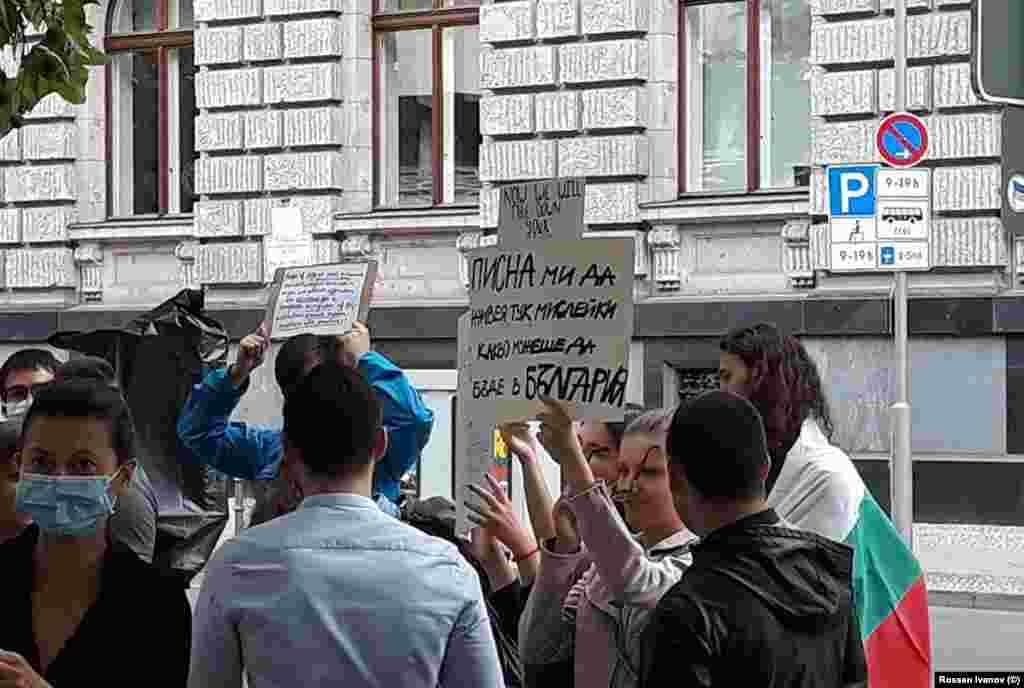 """""""Писна ми да живея тук, мислейки какво можеше да бъде в България"""", пише на плакат, носен от протестираща в Берлин."""