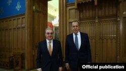 Министр иностранных дел Армении Зограб Мнацаканян (слева) м министр иностранных дел России Сергей Лавров
