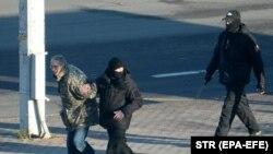دستگیری یک معترض از سوی پولیس در بلاروس