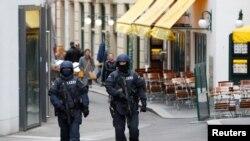 Osztrák rendőrök járőröznek Bécsben 2020. november 02-án.