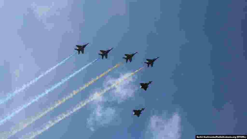 Фінальний акорд офіційного параду – літаки МІГ-29 розпилюють у небі кольори Державного Прапора України. Разом з ними пролітають Хрещатиком британські винищувачі Typhoon