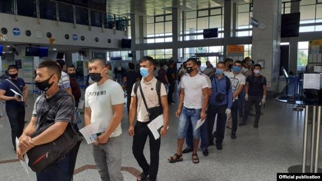 Трудовые мигранты из Узбекистана перед выездом в Россию