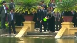 Obama Vyetnamda balıqları yemləyir