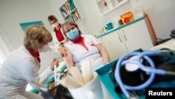 Медицина қызметкерлеріне коронавирусқа қарсы вакцина салу сәті. Молдова, 4 наурыз 2021 жыл.