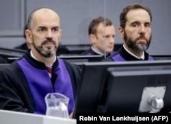 Prokurori Cezary Michalczuk (majtas) dhe prokuori i Specializuar, Jack Smith.