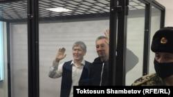 Мурдагы президент Алмазбек Атамбаев жана анын мурдагы кеңешчиси Фарид Ниязов сот залында. 2020-жылдын 23-декабры.