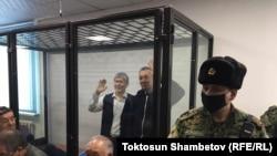 Алмазбек Атамбаев менен Фарид Ниязов сот залында. 2020-жылдын 23-декабры.
