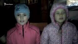 В Севастополе под Покровским собором колядуют дети (видео)