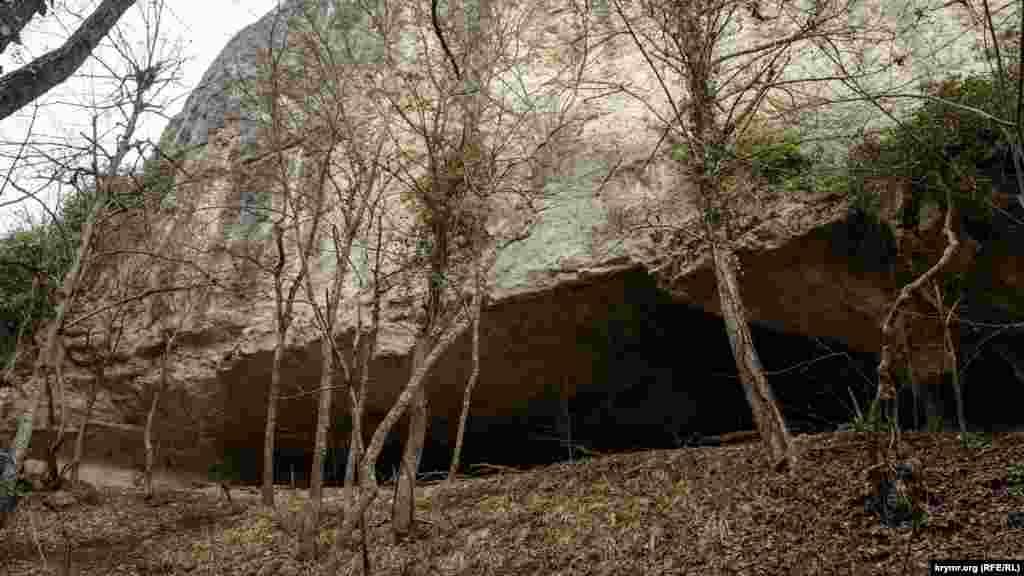 Грот Черепаха – под отвесной стеной плато