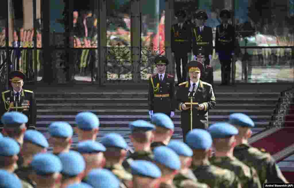 Лукашэнка выступае перад вайскоўцамі:«Вы как те ребята, которые месяц назад остановили на наших чистых… нашего Минска… эту дрянь…»