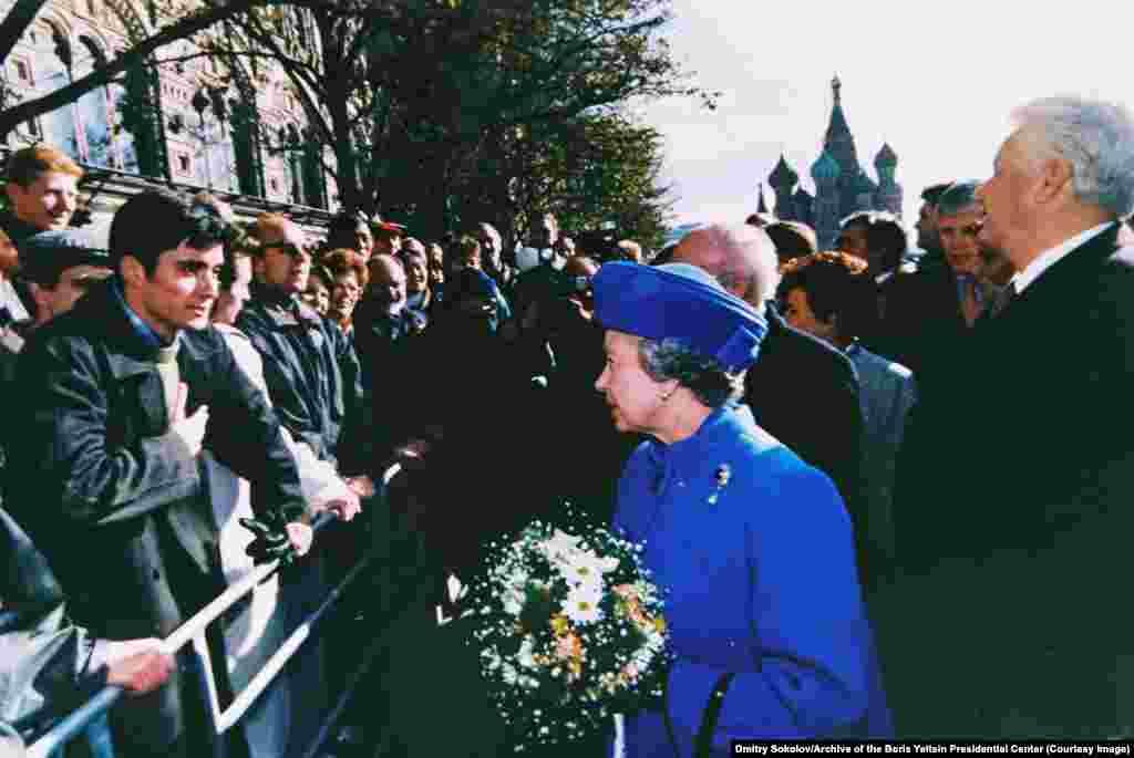 Королева Великобритании Елизавета II беседует с россиянином во время прогулки с Ельциным на Красной площади в Москве в октябре 1994 года
