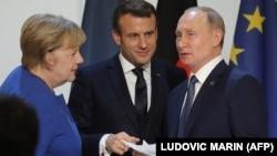 Angela Merkel (solda) Emmanuel Makron və Vladimir Putin Yelisey sarayında keçirilən Ukrayna sammitində (2019)