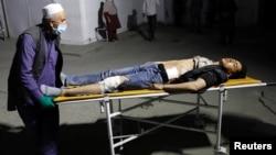 یکی از زخمیان حمله مرگبار انتحاری به مرکز آموزش کوثر دانش در غرب کابل