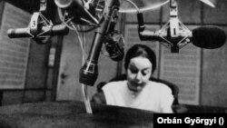 Orbán Györgyi, a Magyar Rádió tudósítója a rádió stúdiójában 1993-ban