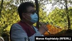 Организатор митинга врач Каиргали Конеев выступает с речью. Алматы, 18 сентября 2020 года.
